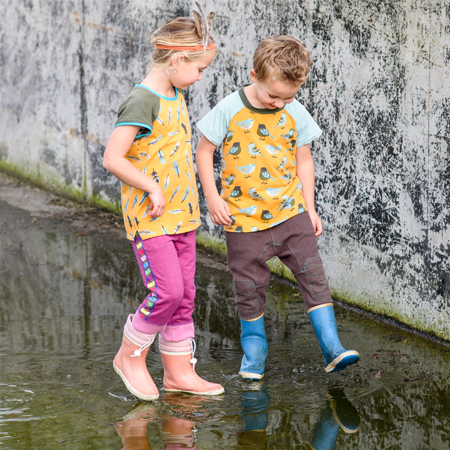 0fe25061cf3fde driekwartbroek-achterkant T-shirt en driekwart joggingbroek meisje en  jongen in kinderkleding van Dress en Les - hand in hand met oranje t ...