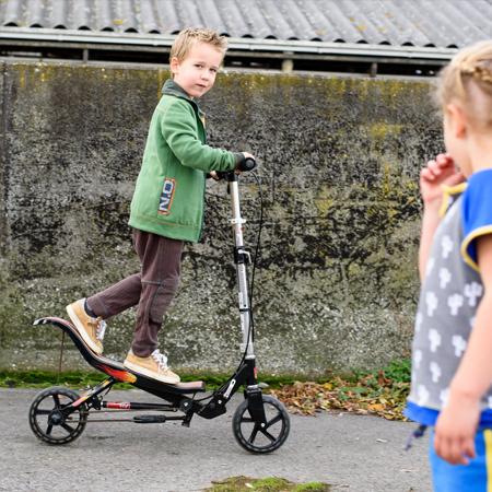 Jongen in groen vest en bruine joggingbroek van Dress en Les.