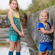 2 meiden in kinderkleding van Dress en Les. Hotpants t-shirt hemd