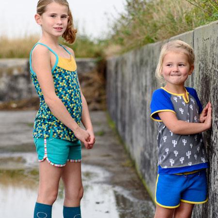 2124d3d15e18f4 2 meiden in kinderkleding van Dress en Les. Hotpants t-shirt hemd