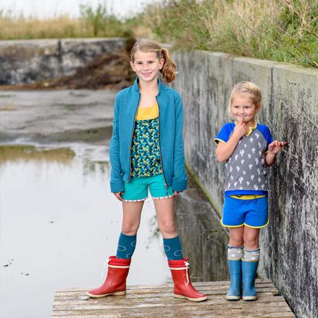 b4783a9002062b 2 meiden in kinderkleding van Dress en Les. Hotpants aan met t-shirts en ...