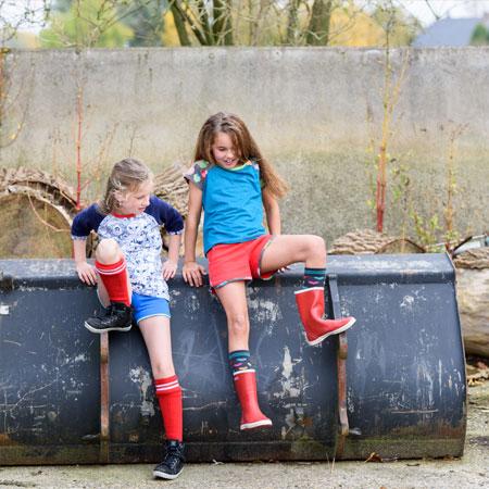 aecedd9f9b1df1 ... 2 meiden in kinderkleding van Dress en Les. Hotpants aan met t-shirts  met ...