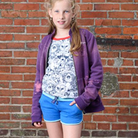 Meisjes t-shirt met raglanmouw - driekwart. Dierenprint met blauw en rode bies afgewerkt. Hotpants lichtblauw met felblauw. En paars vest met chloor bewerkt.