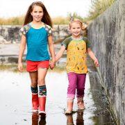 2 meiden in kinderkleding van Dress en Les