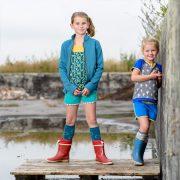 2 meiden in kinderkleding van Dress en Les -hotpants t-shirt driekwart joggingbroek
